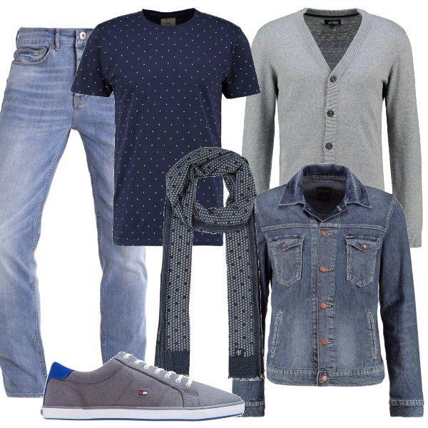 Jeans e maglietta blu a pois bianchi, cardigan grigio con bottoni e giacca di jeans. Sciarpa blu a fantasia a pois come la maglietta e sneakers grigie.