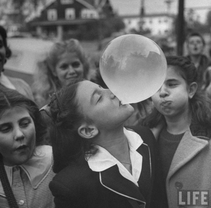 La jeune fille et la bulle de chewing-gum