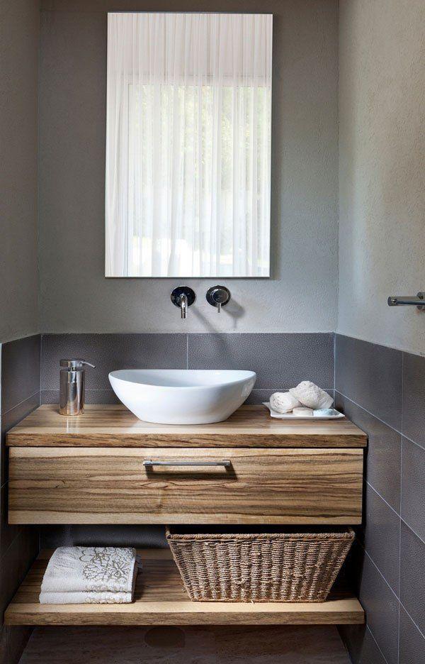 Plan vasque en bois naturel et revêtement mural avec carrelage gris. http://www.m-habitat.fr/installations-sanitaires/lavabos-et-vasques/les-vasques-a-poser-655_A