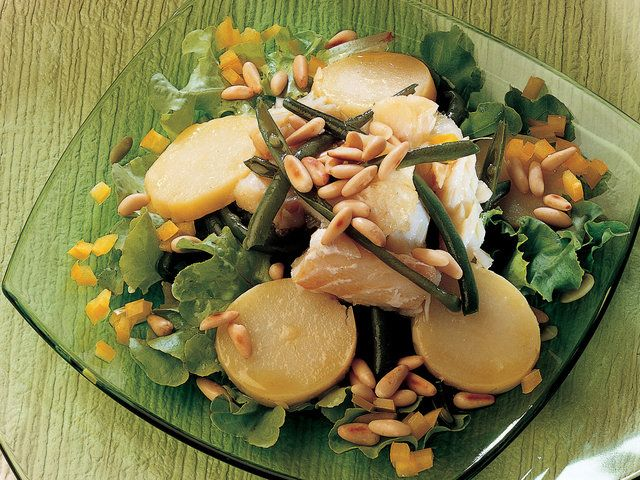 Levrekli Patates ve Taze Börülce Salatası  Balığı kare paralar halinde kesin ve deri kısmı tencereye değecek şekilde yerleştirin. zerine biraz zeytinyağı gezdirip 4 diş kabuklu sarımsak ve halka şeklinde doğranmış biber ekleyip kısık ateşte 20-25 dakika pişirin. Soğuduktan sonra balığın derisini ayırın. Haşlanmış patateslerin kabuklarını soyun ve halka şeklinde kesin. Haşlanmış