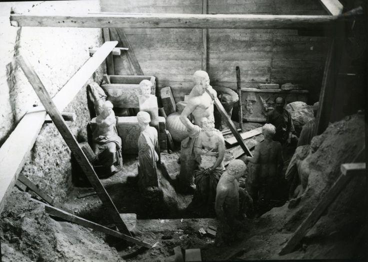Οι 10 σημαντικότερες εικόνες από το Φωτογραφικό Αρχείο του ΕΑΜ-Εθνικό Αρχαιολογικό Μουσείο. 1940-1941. Απόκρυψη και προστασία αρχαιοτήτων κατά τον Β' Παγκόσμιο Πόλεμο. Απόκρυψη μαρμάρινων γλυπτών σε λάκκο σε αίθουσα του Μουσείου.