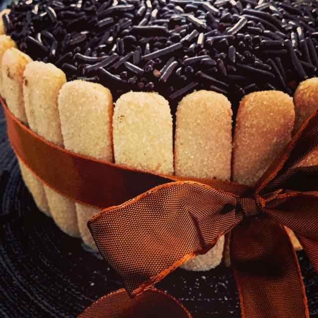 Ik ben gek op tiramisu dus waarom niet een tiramisu taart? Het werd echt een heerlijke taart, zeker geschikt voor een feestelijke dag. Voor de cake gebruik ik een biscuitbeslag en na het bakken snijd ik die horizontaal doormidden. Dan kan ik de taart gaan opbouwen. Hoe ik dat doe, lees verder.