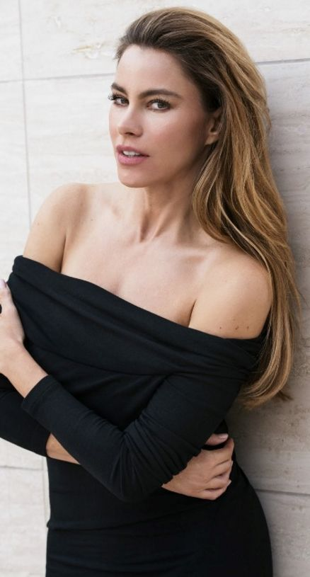 Who made Sofía Vergara's black off the shoulder top?