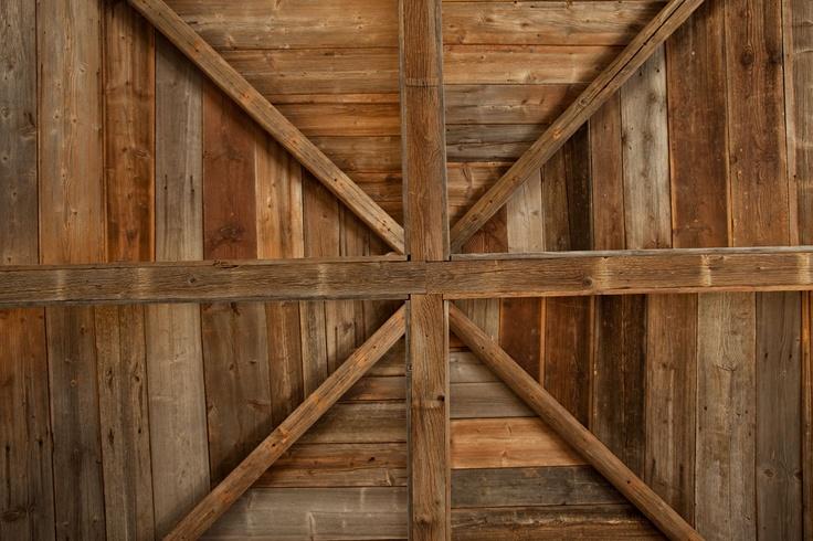 Takene i huset gir mye til stemningen. Takene er kledd i antikke franske planker, som er funnet i gjenbrukshaller i Frankrike og Sveits, som har spesialisert seg i brukte materialer fra gamle franske slott og chalet'er (klassiske alpehus).