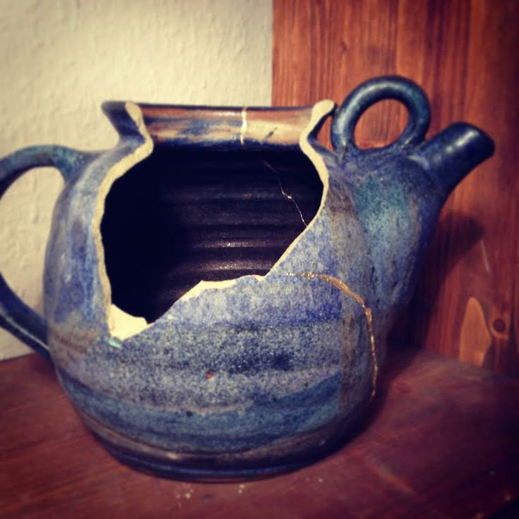 Broken tea pot, just about to be revived with gold and a lot of patience. Golden Phoenix - Pottery rising from the ashes, http://www.golden-phoenix.de/ #Gold #Pottery #kintsugi #kintsukuroi