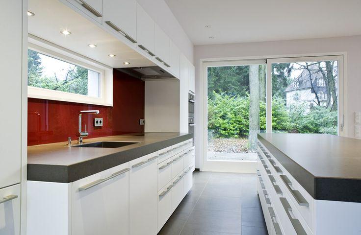 Durch Das Schmale Fenster über Der Wandarbeitsplatte Hat Man Beim Arbeiten  Einen Schönen Blick Auf Das Waldgrundstück | Pinterest | Waldgrundstück, ...