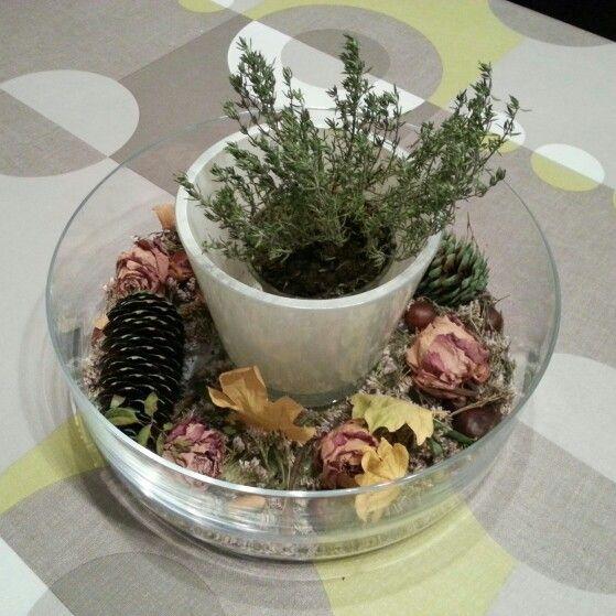 ♧ Homemade herfststuk ♧  bloempot in glazen kom vastplakken - glazen kom opvullen met gedroogde lavendel,  gedroogde rozen, beschilderde dennenappels,  kastanjes,  eikennootjes en gedroogde bladeren - nu nog een plantje (hier tym) in de bloempot en klaar is kees ♧