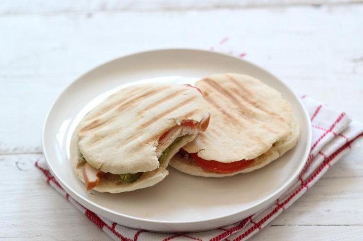Vandaag weer een lekkere, simpele en snelle lunchtip voor jullie, namelijk een pita sandwich met avocado, tomaat en gerookte kip.