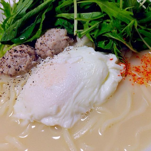寒いときは、滋味あふれる鶏出汁の白濁スープ(^^)  細めの稲庭うどんで、優しくお腹を温めます♬ - 52件のもぐもぐ - お腹に優しい あったか鶏白湯スープの細い稲庭うどん poached eggとベビーリーフ 胡椒と一味を添えて(^^) by Hiroo  Higuchi