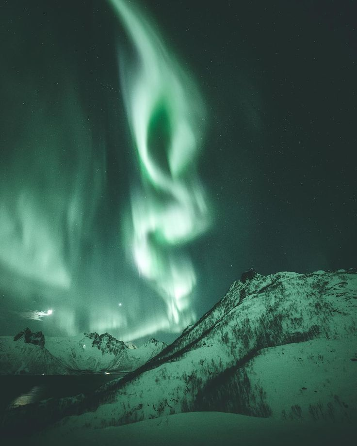 Steffen Fossbakk Captures Norway's Northern Lights in Spectacular Show #photography