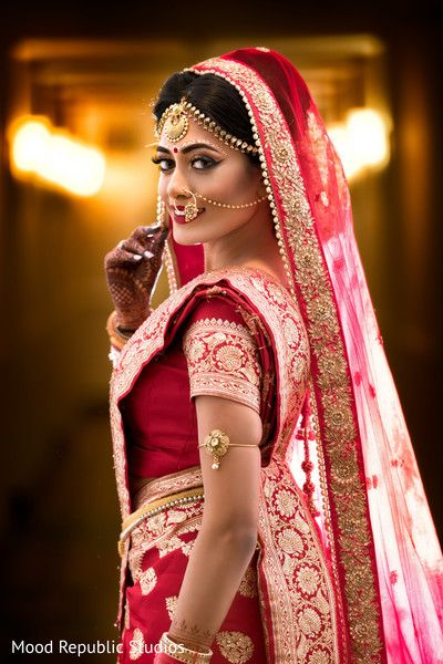 Dreamy bengali bride look. http://www.maharaniweddings.com/gallery/photo/100786