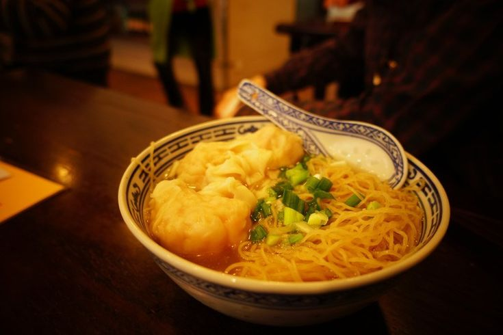 メニューは25香港ドル(350日本円位)からで、たぶん世界で一番安い金額で食事のできるミシュランの星付きレストランではないかと思います。 ワンタンの中にはエビが入っており、これは非常に美味ですね。 ときどき食器が欠けていたりしますが、それもご愛嬌。