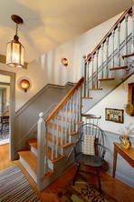 Die Treppe in einem primitiven Haus im Kolonialstil. Das Haus ist gebaut …   – Home