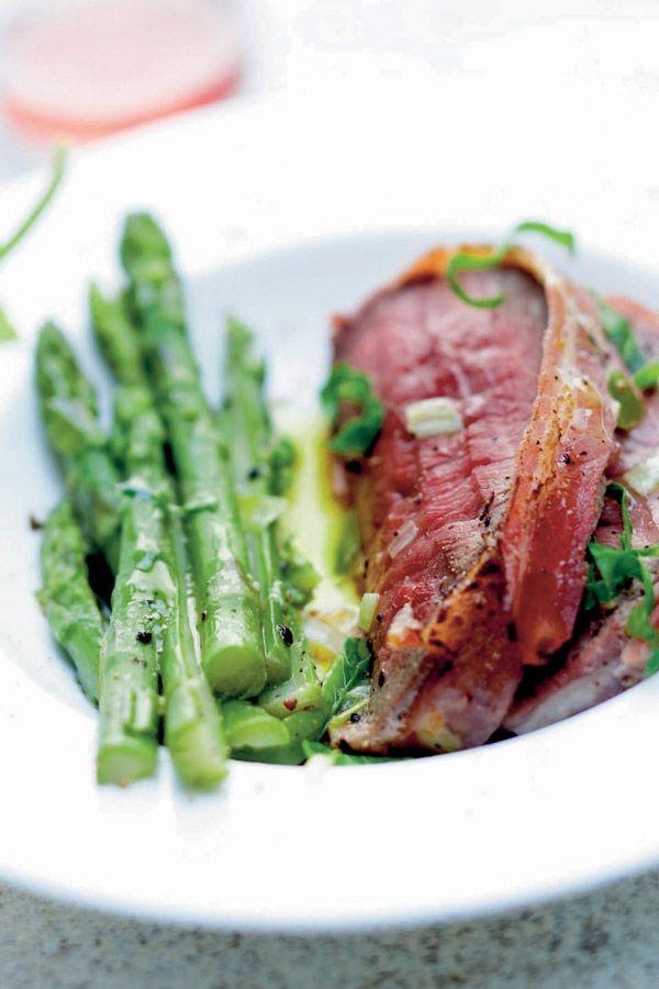 In de oven gebraden rundvlees met Thaise asperges. Bekijk het recept op elleeten.nl | ELLE Eten