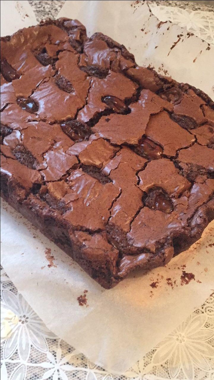 Negresă cu ciocolată neagră și curmale, perfectă alături de cafea sau lapte