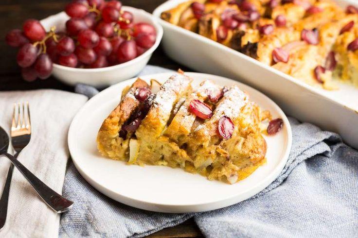 Recept voor toetje: broodpudding van suikerbrood voor 4 personen. Met boter, handpeer, rode druiven, suikerbrood, ei, melk en kaneel