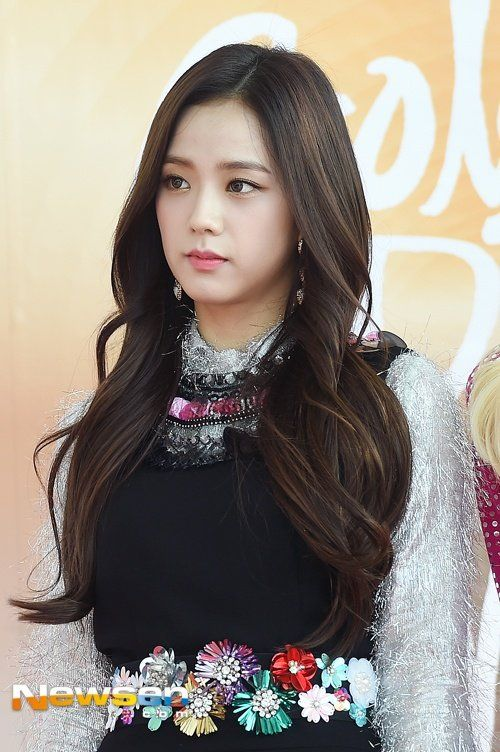 Blackpink S Jisoo Debuts Brand New Haircut With Bangs For The First Time Blackpink Jisoo Blackpink Black Pink
