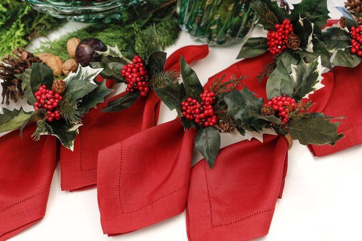 Para o coração bater mais forte com uma decoração de Natal, juntamos guardanapos vermelhos com porta-guardanapos com plantas e flores típicas desta data!