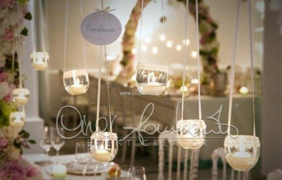 Magica luce di candele illumina i tavoli del ricevimento nuziale di un matrimonio sospeso tra leggende e tradizioni.