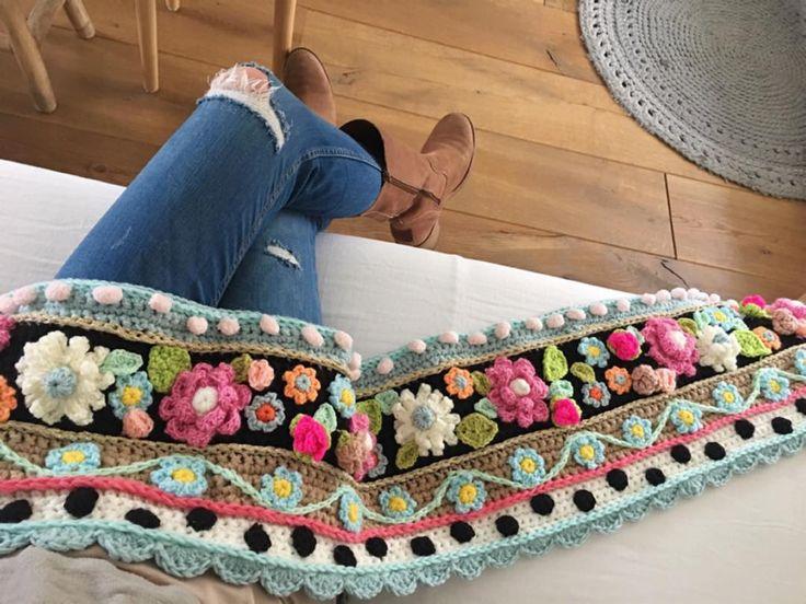 Er ligt bijna altijd wel een haakwerkje op mijn schoot. Fijn weekend!  #almostweekend #crochetdesign #happycolors #adindasworld #instacrochet #uncinetto #flowerpower #bohemianstyle #love