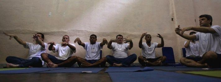 Prison SMART - programa que oferece soluções inovadoras e efetivas para o rompimento dos ciclos de violência, dentro e fora dos sistemas penitenciários, com o auxílio de uma técnica avançada de respiração que ajuda na redução do estresse e de traumas.  #Meditação #Meditar #Yoga http://www.artofliving.org/br-pt