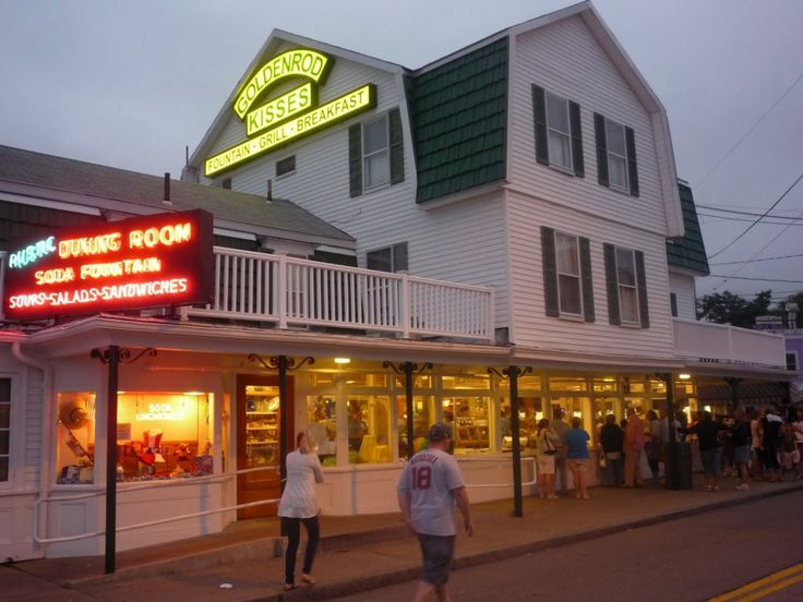 The Goldenrod in York Beach, Maine, is a restaurant, candy, gift and ice cream shop that is best known for its salt water taffy-making: http://visitingnewengland.com/blog-cheap-travel/?p=4035 #GoldenrodYorkBeach