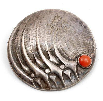 FONS REGGERS 1886-1962 - Geciseleerd zilveren broche met bloedkoraal ontwerp uitvoering Gebr Reggers / Amsterdam 1925-1934