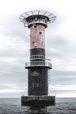 Axel Bobert - Fyren. A photo of a lighthouse in the middle of the sea.