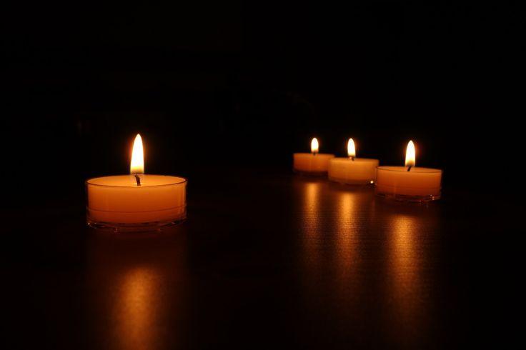 """#Reflexion """"Las cuatro velas"""" vía @candidman... Cuatro velas se estaban consumiendo lentamente, el ambiente estaba tan silencioso que se podía oír el diálogo entre ellas..."""