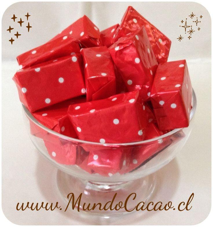 Caluga de chocolate con cerezas y avellanas chilenas