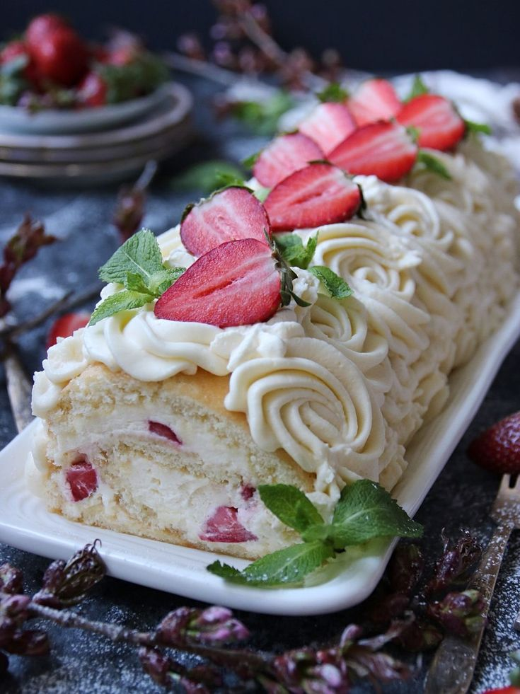 Himmelsk jordgubbs- och cream cheese fylld rulltårta 1
