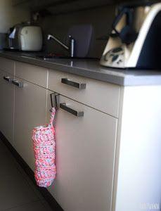 Dispensador de bolsas con trapillo y cola de ratón | Manualidades