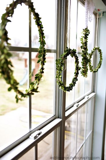 pretty holiday wreaths using embroidery hoops