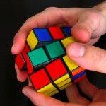 El cubo de Rubik es un rompecabezas mecánico tridimensional inventado en 1974 por el escultor y profesor de arquitectura húngaro Ernő Rubik.
