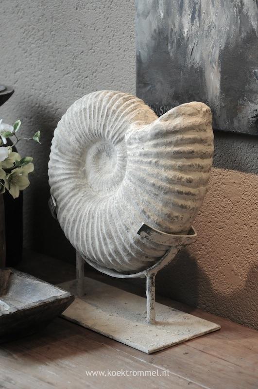 'fossiel' op sokkel van Hoffz in de winkel bij konijnendijk woontrends in zuid-bijerland