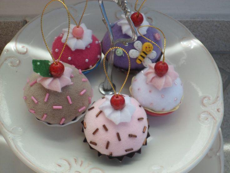 Cupcakes de feltro para enfeitar árvore de natal... feitos em forminha de alumínio de empada,enchimento manta acrílica com aroma suave de chocolate ou morango. Para decoração de árvore de natal ou lembrancinhas da noite de natal...Esse é o mini ,tem de 6 a 7 cm na forminha da empada numero 1.Cores sortidas,mas o cliente pode escolher as cores.