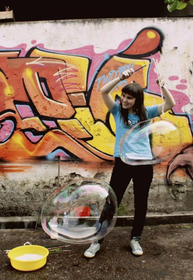 DIY: aprenda a fazer bolhas de sabão gigantes para espalhar mais magia no pátio, nas praças e nos parques com as crianças.