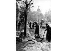 ENERO DE 1967. TRABAJADORES DE LOS SERVICIOS MUNICIPALES DE MADRID RECOGEN LA NIEVE CAÍDA EN LA CALLE DE ALCALÁ. AL FONDO, LA GRAN VÍA