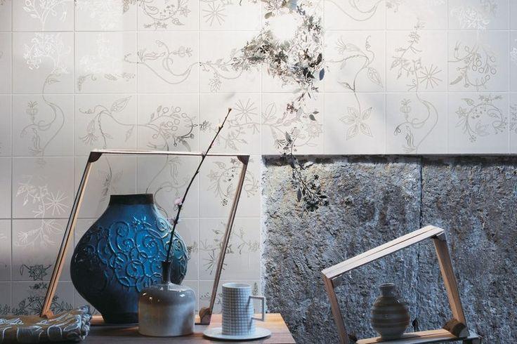 Set compositivo da 12 decori floreali realizzati in platino su fondo bianco lucido (Bianco Extra) e opaco (L.111) nel formato cm. 20x20.