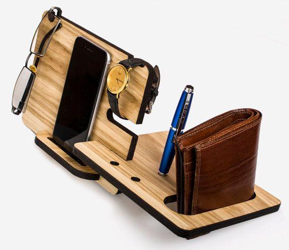 Esta estación de acoplamiento personalizada está hecha de sólida madera zebrano de ceniza. Color: natural. Este regalo por favor a alguno. Un buen motivo - para hacer un regalo a un cumpleaños o un aniversario. Este sostenedor de madera conveniente para otros smartphones con un tamaño de menos de 5,5 pulgadas, iPhone 6 y iPhone 6s. Dimensiones: Altura 6,5 pulgadas Ancho 13,3 pulgadas 6,5 pulgadas de profundidad Espesor 0,36 pulgadas Para el iPhone 6 plus, iphone 6S plus5 y iPhone 5s en mi…