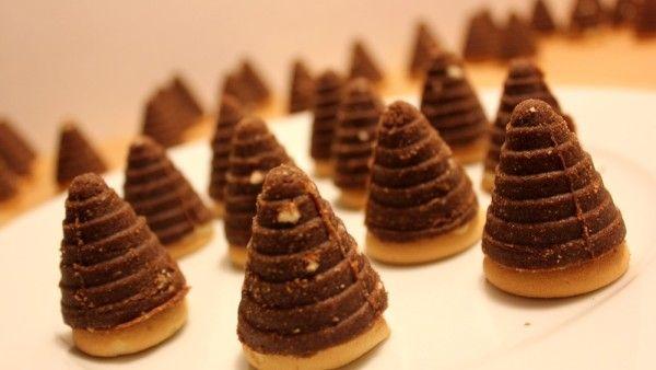Vánoční stůl by rozhodně nemohl být bez cukroví, které k těmto svátečním dnům prostě patří. Pavlína Berzsiová si pro vás připravila klasický recept na Včelí úly.