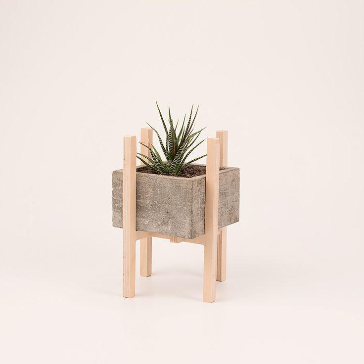 maceta de concreto y madera.                                                                                                                                                                                 Más