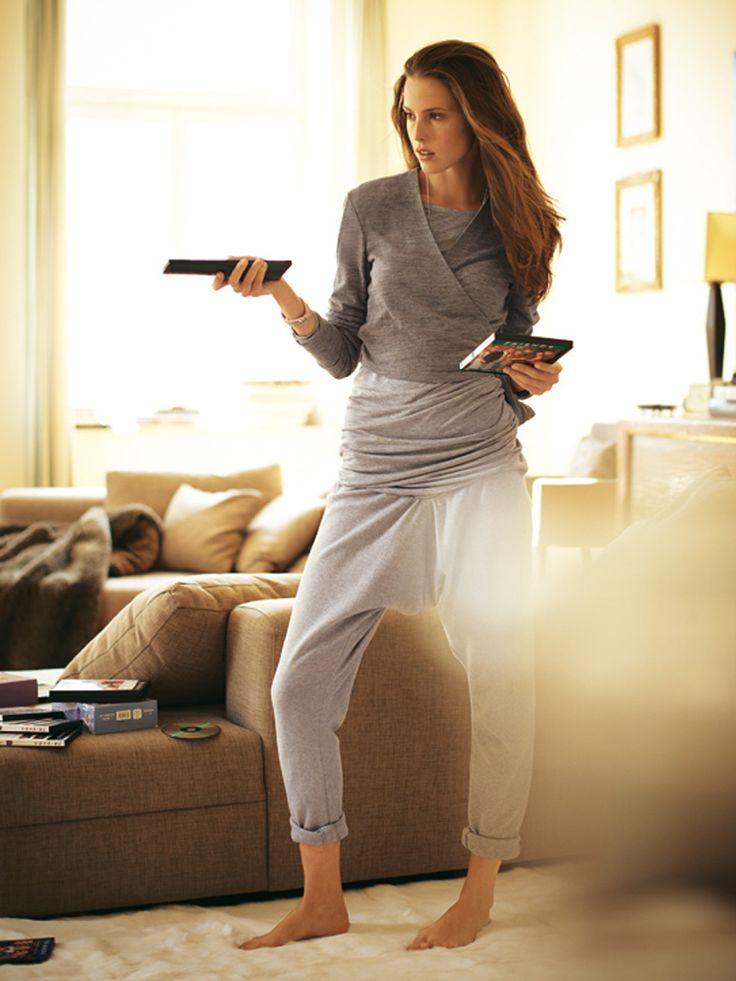 Die weite Sarouelhose mit breiter Formpasse und Bündchen am Saum ist super bequem und kann mit hohen Schuhen auch draußen getragen werden.