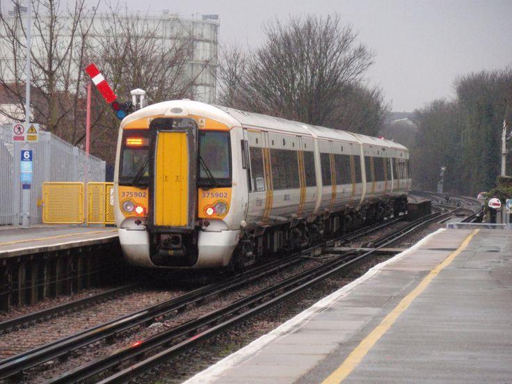В Великобритании кондукторы поездов снова бастуют из-за спора о закрытии дверей