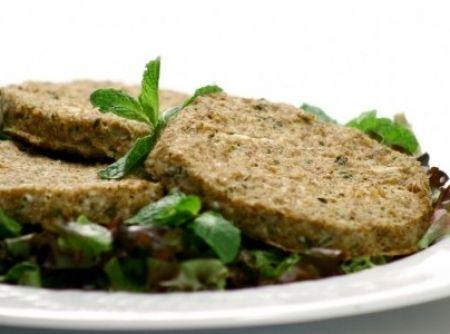 Receita de hamburguer vegetariano - com carne de soja - 1 1/2 x. de proteina de soja - hidratar em 3 x. de água por 30 min. e escorrer bem, 1 ovo, 4 colheres de sopa de molho de soja (shoyo), 1/2 x. de cebola ralada, 2 dentes de alho amassados, 1 x. de aveia fina, 7 colheres de sopa de farinha de trigo, sal, orégano e pimenta do reino a gosto