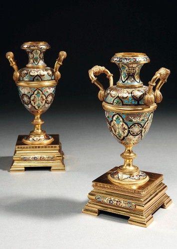 ¤ PAIRE DE VASES D'EPOQUE NAPOLEON III, ATTRIBUEE A BARBEDIENNE En bronze doré et décor d'émail champlevé, reposant sur un socle carré\nHauteur : 21 cm. (8 1/4 in.)\n\nA PAIR OF NAPOLEON III GILT BRONZE AND CHAMPLEVE ENAMEL VASES ATTRIBUTED TO BARBEDIENNE