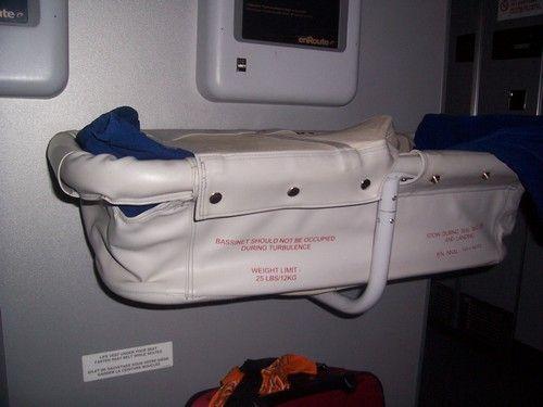 Avion avec bébé: Réserver ou non un siège pour un bébé de moins de deux ans? www.lagrandederoute.com