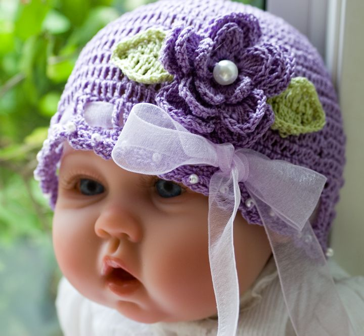 tığ örgülü mor çiçek motifli kurdelalı bebek beresi