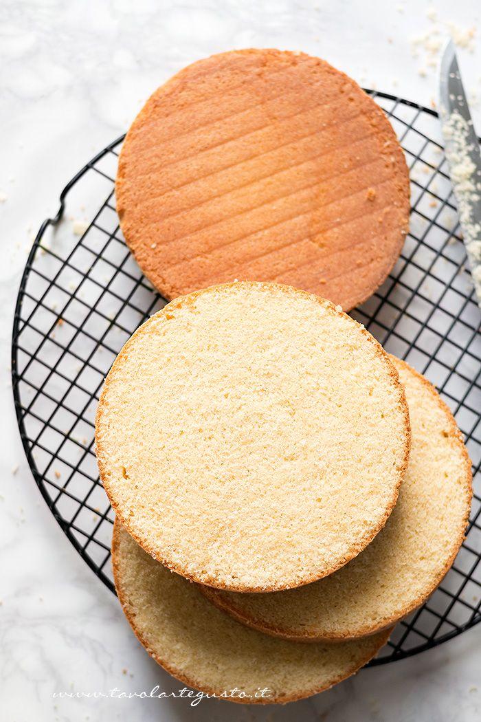 """La Sponge Cake è una golosissima torta di origine inglese, nata alla corte della Regina Vittoria che ne adorava la consistenza spugnosa, da qui """"Sponge Cake"""". Pare che la Regina, amasse…"""
