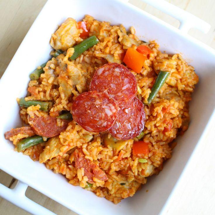 Kip Jambalaya, een Wereldgerecht dat niet heel erg bekend is. Dit van oorsprong Amerikaanse gerecht kenmerkt zich door heerlijke gekruide kip in combinatie met chorizo. En ik moet zeggen, die combinatie is goed! Wat heb je nodig voor vier personen? 350 gram rijst Een blik... #food #health #recept